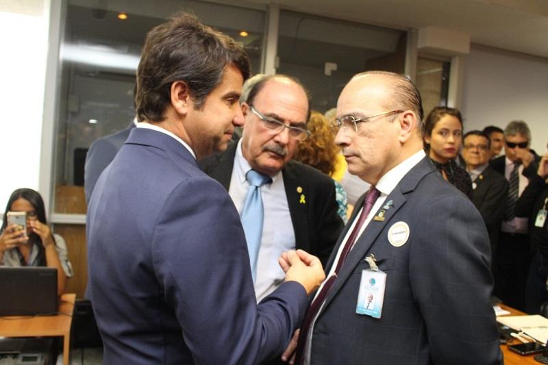 PSL vota contra médicos e lobby das escolas particulares ganha a partida na Comissão Mista